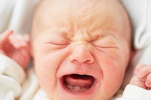 bebê gritando